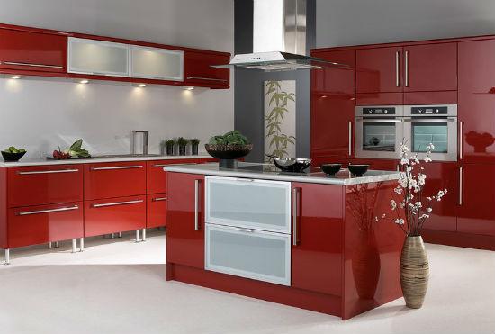 Современная кухня с красной мебелью и серыми обоями
