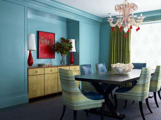 Однотонные обои голубого цвета в гостиной