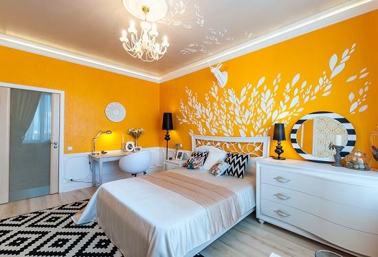 Темно-желтые обои с одиночным рисунком в спальне