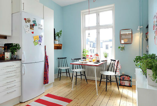 Однотонные обои в кухне с белой мебелью