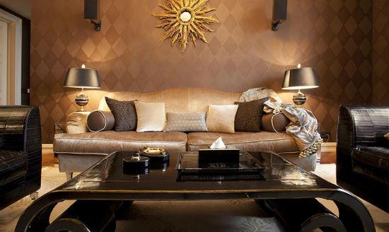 Золотистые обои с геометрическим рисунком в гостиной