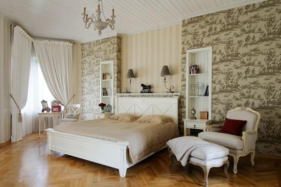 Комбинирование полоски и рисунка при выборе обоев для спальни