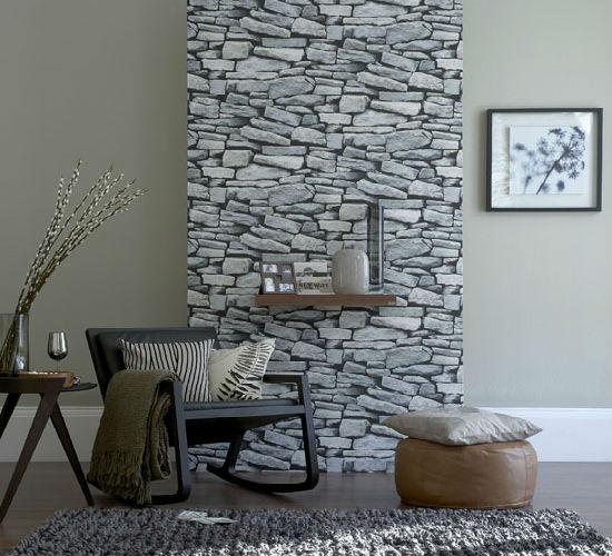 Однотонные серые обои и часть стены из натурального камня