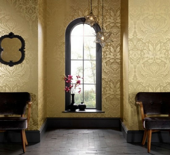 Сочетание темной мебели прихожей и золотистых обоев