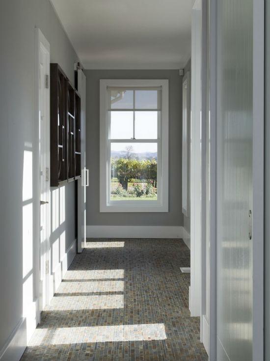 Хорошо освещенный коридор с серыми обоями на стенах