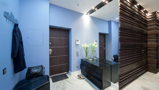 Яркие синие обои в прихожей с темной мебелью