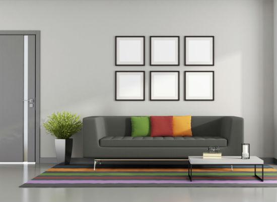 Однотонные серые обои в минималистическом дизайне комнаты