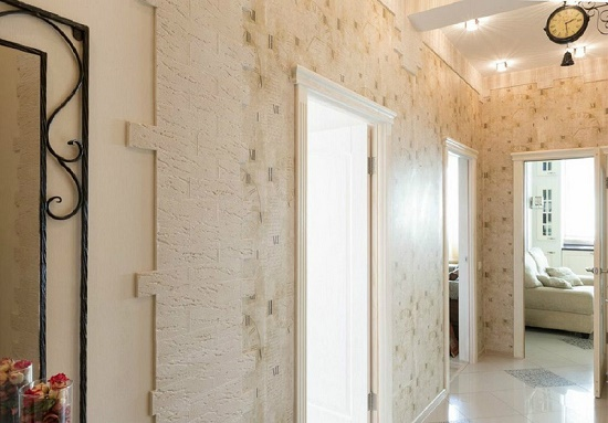 Светло-бежевые обои с абстракцией для узкого коридора