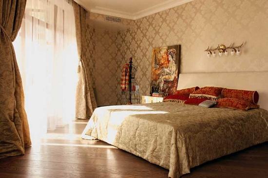 Бежевые обои с классическим рисунком для спальни