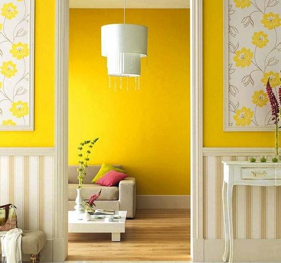Желтые обои с цветочными панно в интерьере