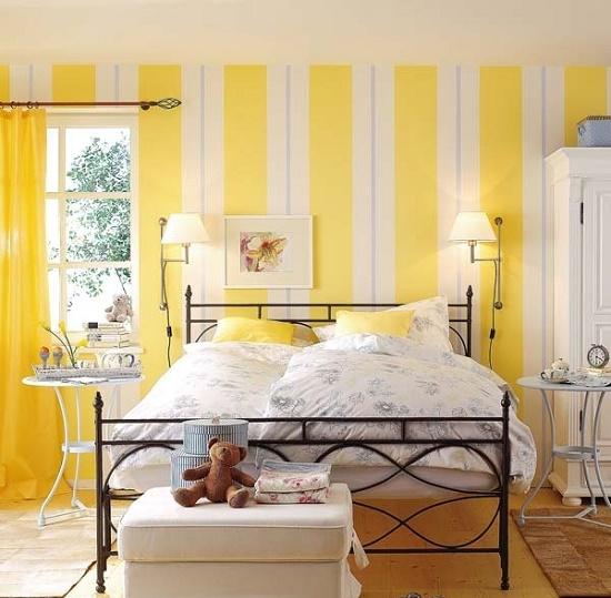 Светлая спальня с желтыми обоями в полоску