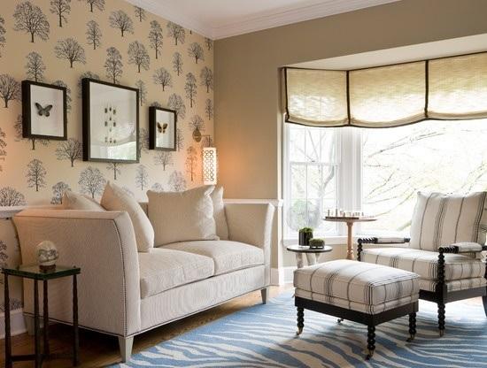 Бежевые обои с растительным рисунком в комнате отдыха