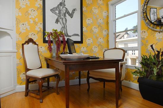 Желтые обои с цветочным рисунком в гостиной