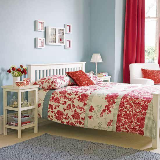 Сочетание голубых обоев с красным текстилем