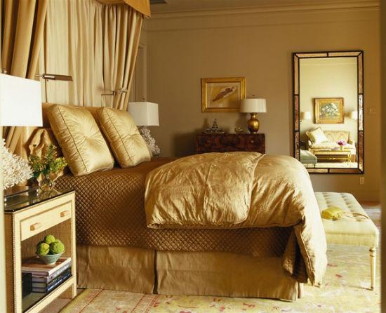 Однотонные золотистые обои в спальне