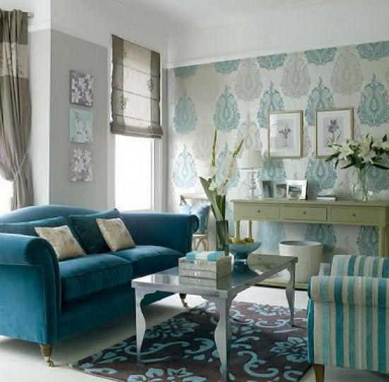 Серо-голубые обои в цвет мягкой мебели