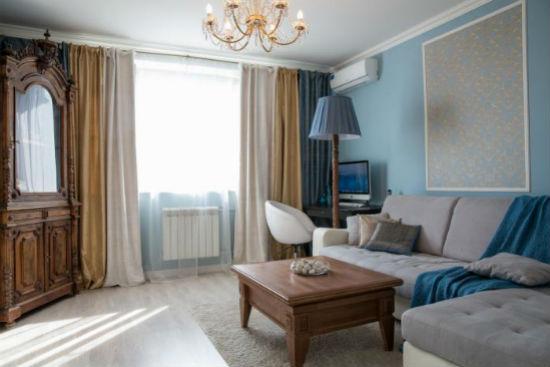 Голубые обои и мебель теплых оттенков