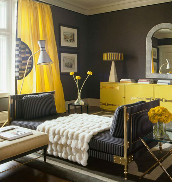 Темно-серые обои с ярко-желтыми элементами интерьера