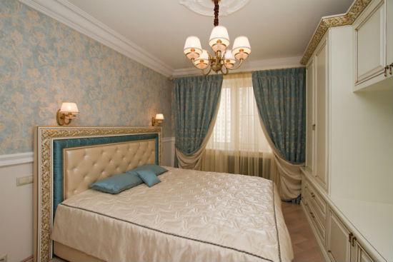 Классический дизайн спальни с золотисто-голубыми обоями