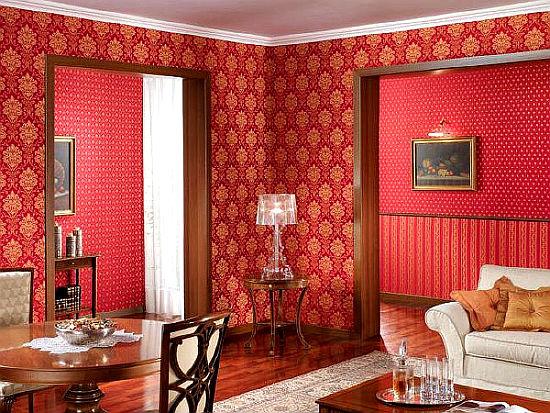 Золото с красным при выборе обоев для гостиной