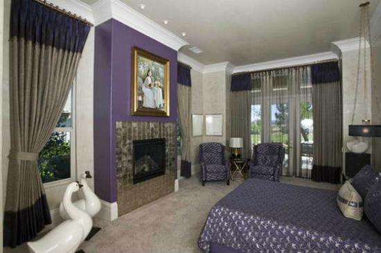 Комбинация фиолетового цвета и серых обоев в дизайне спальни