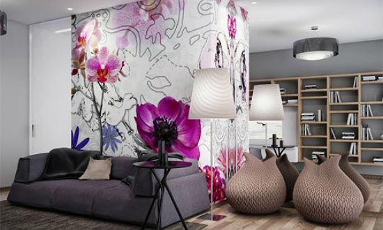 Декорирование стены гостиной серыми обоями с ярким цветочным рисунком