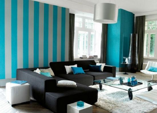 Контрастные серо-синие обои в полоску для гостиной