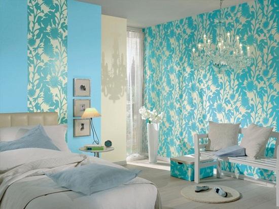 Сочетание в отделке спальни бирюзовых и голубых обоев