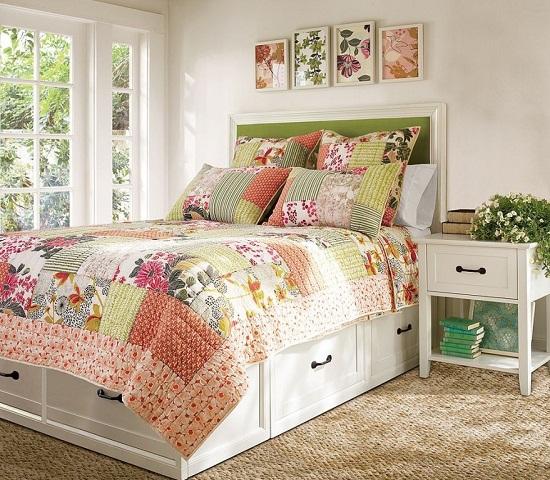 Лоскутное покрывало и подушки в спальне