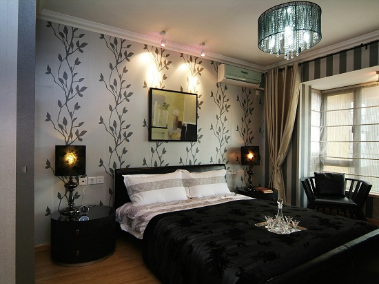 Светлые обои с орнаментом в спальне с темной мебелью