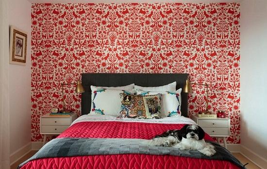 Яркий акцент на стену спальни при помощи красно-белых обоев