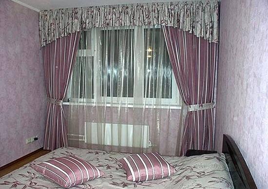 Розовые с блеском шторы в небольшой спальне