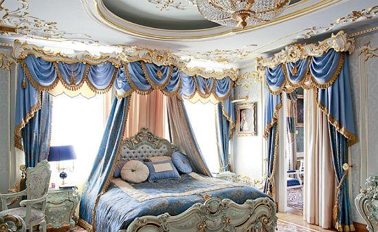 Украшение штор спальни золотистой бахромой и кистями