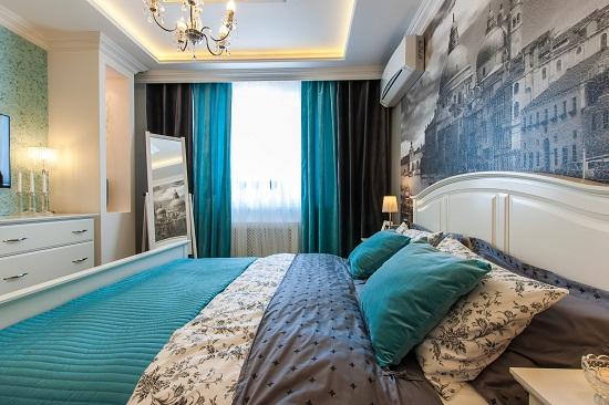 Двойные бирюзово-черные шторы в дизайне спальни