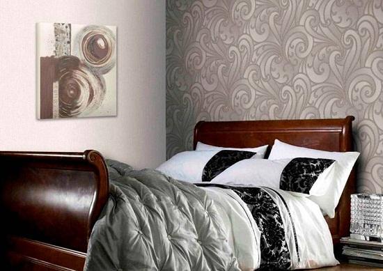Использование виниловых обоев с шелкографией в отделке спальни