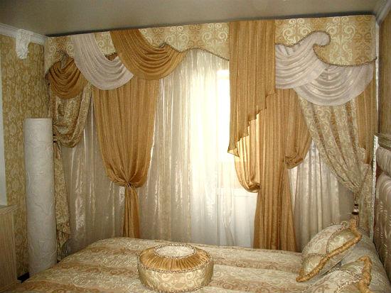 Многослойные шторы с ламбрекеном в восточной спальне