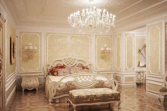 Просторная спальня в классическом стиле с большой антикварной люстрой