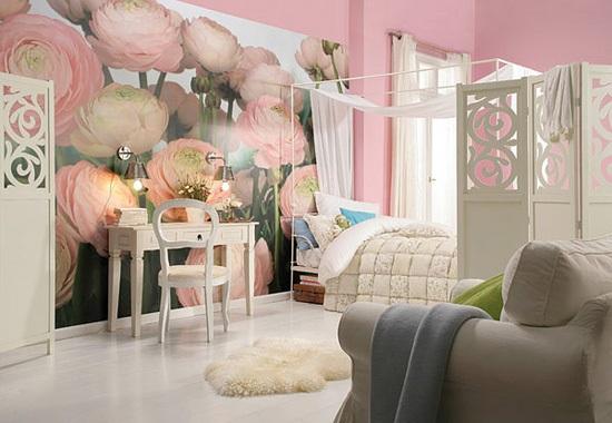 Бело-розовая спальня девушки с цветочными фотообоями