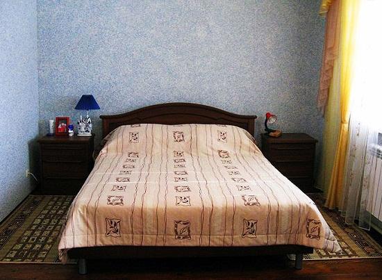 Использование в декорировании стен спальни жидких обоев
