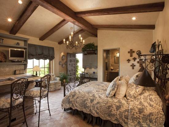 Потолочные балки в декоре спальни в итальянском стиле