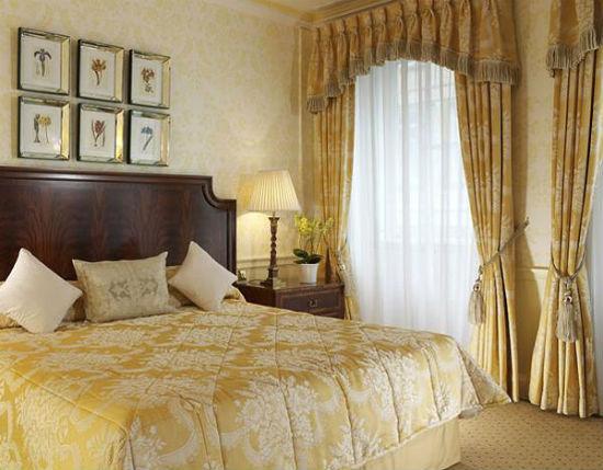Плотные шторы с бахромой и кистями в тон отделки спальни