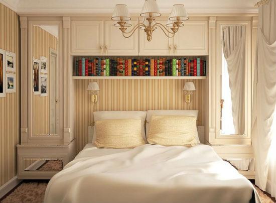 Пеналы с зеркалами в меблировке маленькой спальни хрущевки