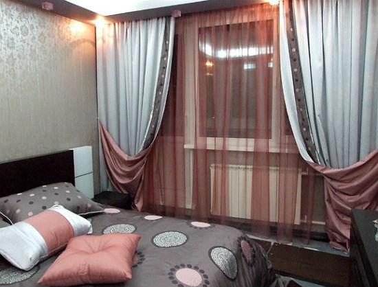 Двойные шторы в цветах текстиля спальни