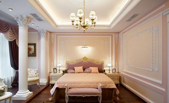 Массивные колоны и лепнина в спальне классического стиля