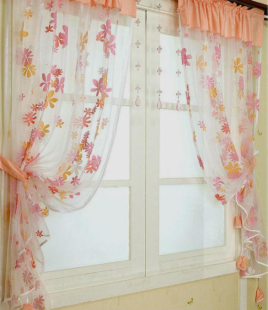 Короткая тюль с цветочным принтом на окне спальни
