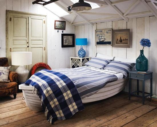 Спальня на мансарде в морском стиле