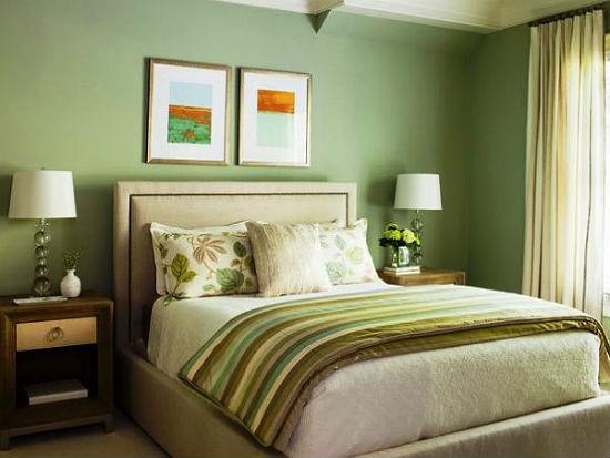 Спальня в хрущевке с однотонной отделкой стен