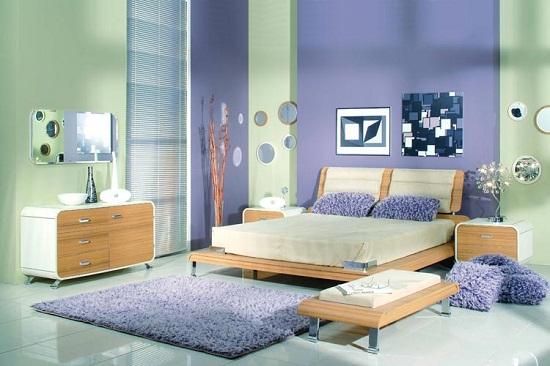 Контрастная отделка стен спальни зелеными и фиолетовыми обоями