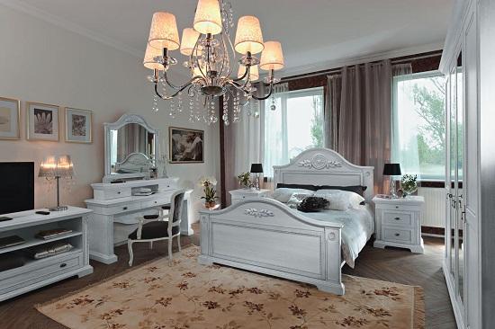 Белая мебель и цветочный ковер в спальне