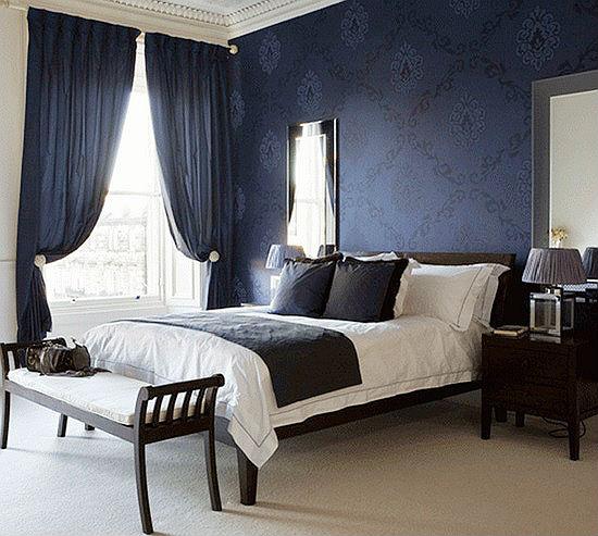 Темно-синие классические шторы в цвет обоев в спальне